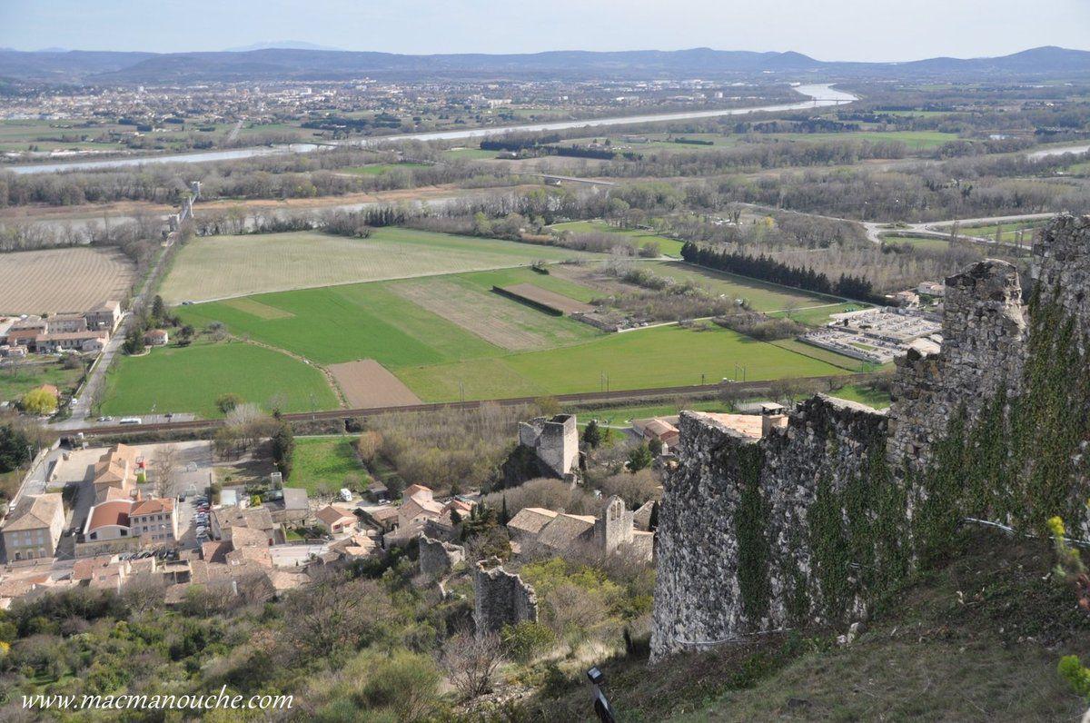 Sur le coteau descendant vers le Rhône, on aperçoit une petite partie des vestiges d'une vaste enceinte.