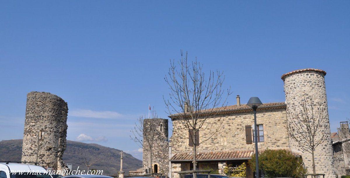 Le château était retranché derrière une rangée de murailles dont les coins de la cour étaient parés de 4 tours (3 visibles sur cette photo) … == > …