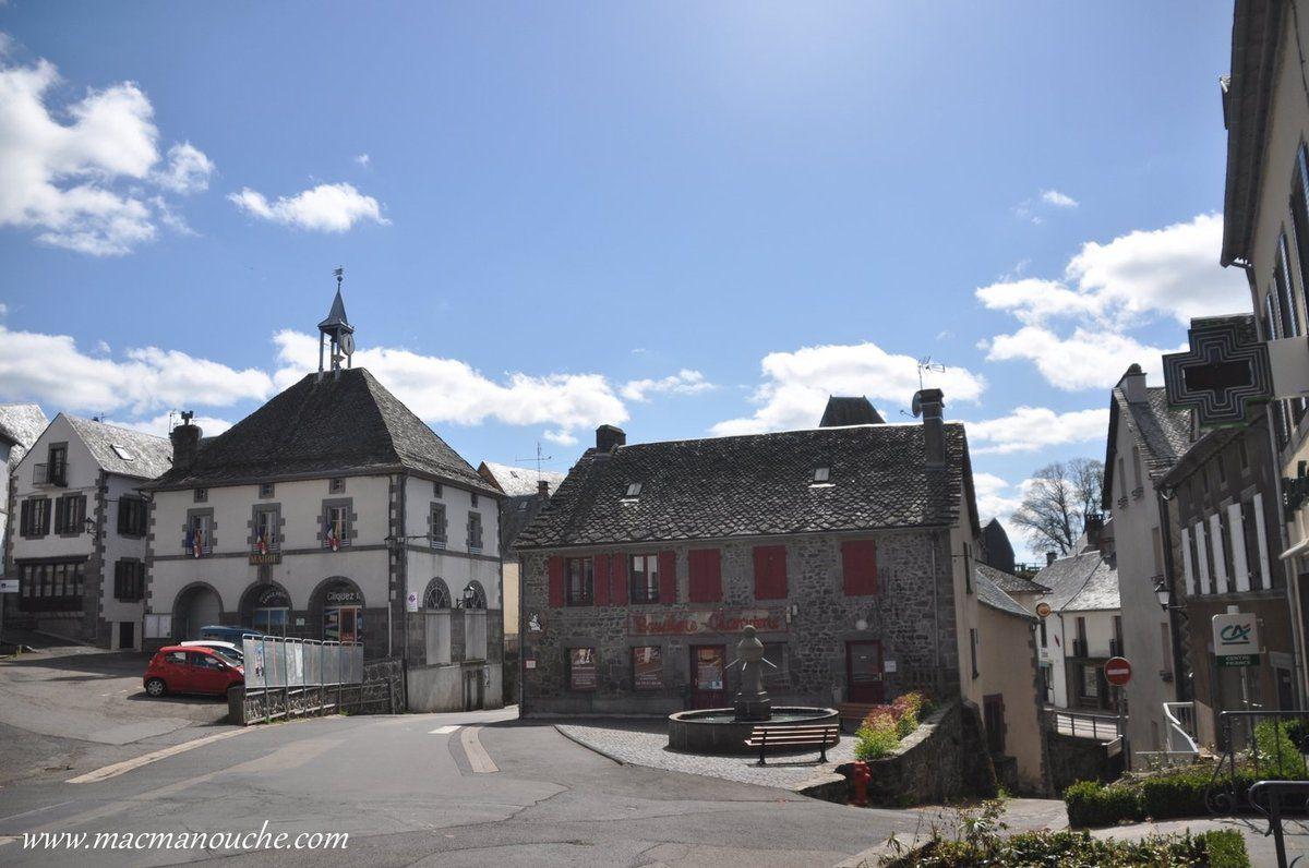 En traversant le village, on passe devant la mairie et la boucherie où nous avons acheté d'excellents produits!