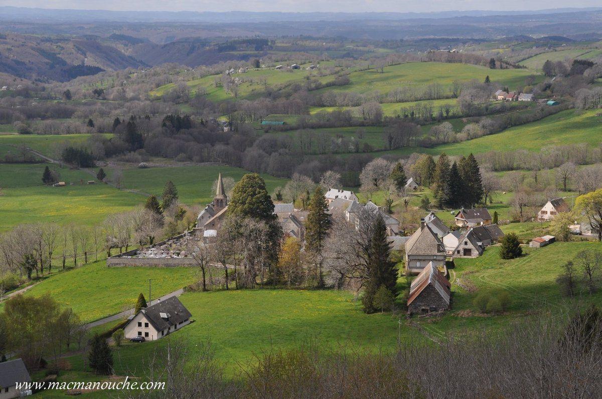 Depuis le sommet, vue  sur le village de Saint-Pardoux … == > ...