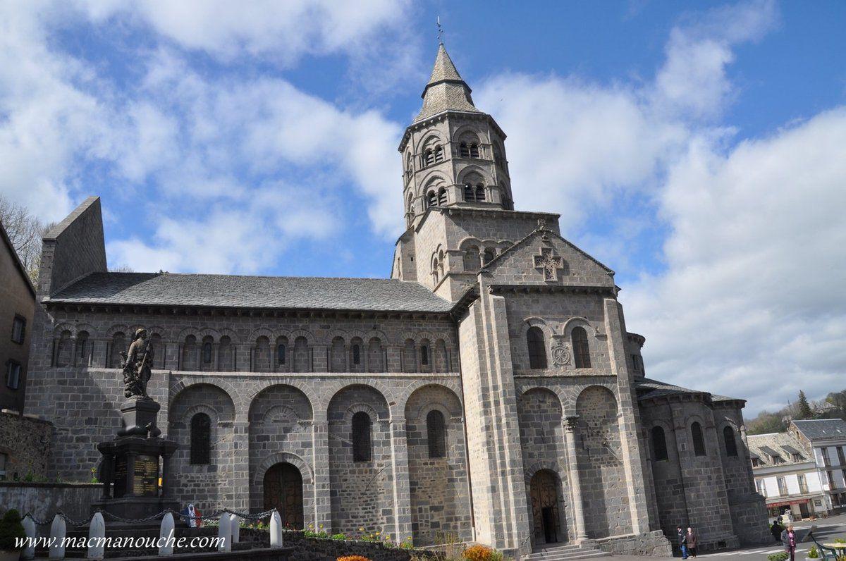 La basilique d'Orcival, du XIIème siècle, fait partie des 5 basiliques majeures d'Auvergne.