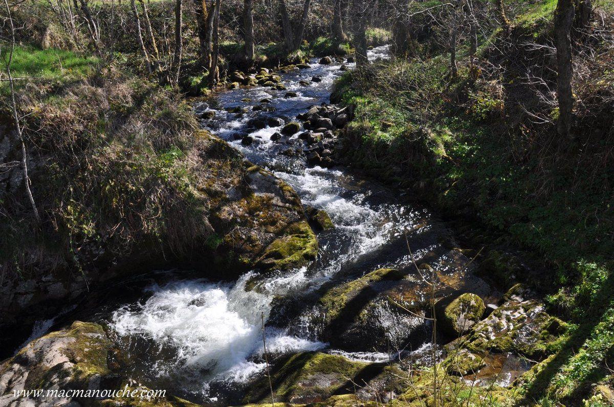 … == > … En quatre sauts successifs séparés par des petits bassins, l'eau franchit une hauteur de plus de 15 mètres.  … == > …