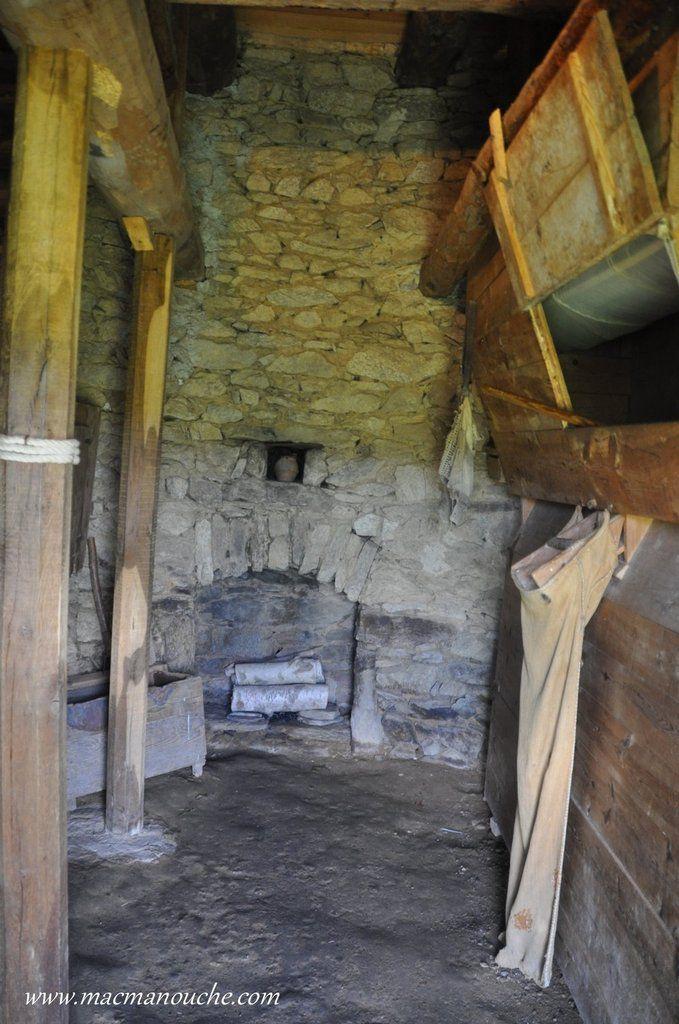 L'intérieur du moulin avec à droite la trémie où arrivait la grain moulu et  au fond une petite cheminée.
