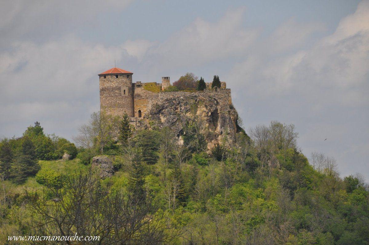 Aprés avoir quitté l'Alagnon, puis traversé Issoire et Vic-le-Comte, on passe au pied du château de Busséol.