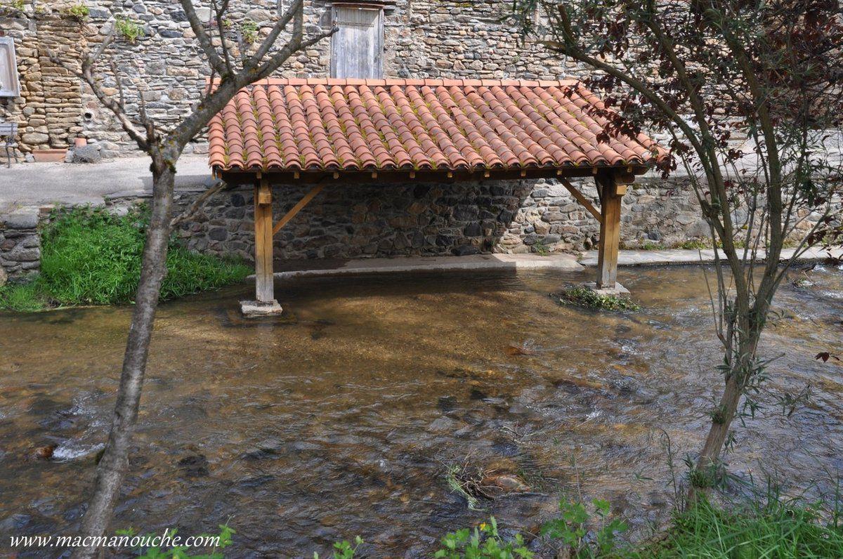 En longeant la rivière ''La Voireuze'', on peut voir les anciens lavoirs.