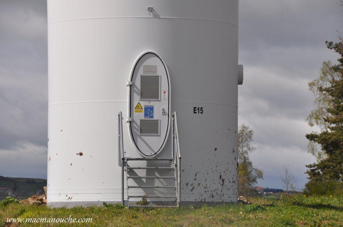 La porte d'accès pour la maintenance de l'éolienne E15.