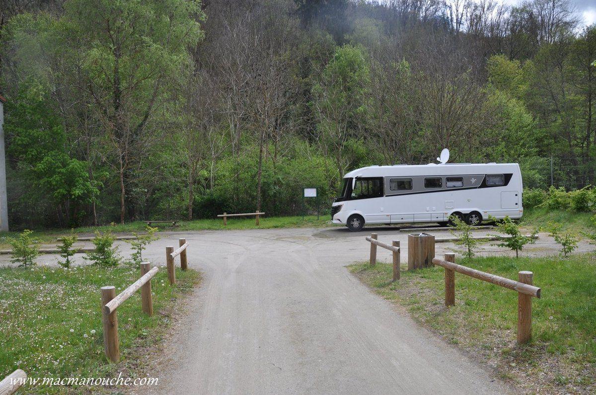 Cette aire, sans services, est prévue pour 6 camping-cars.