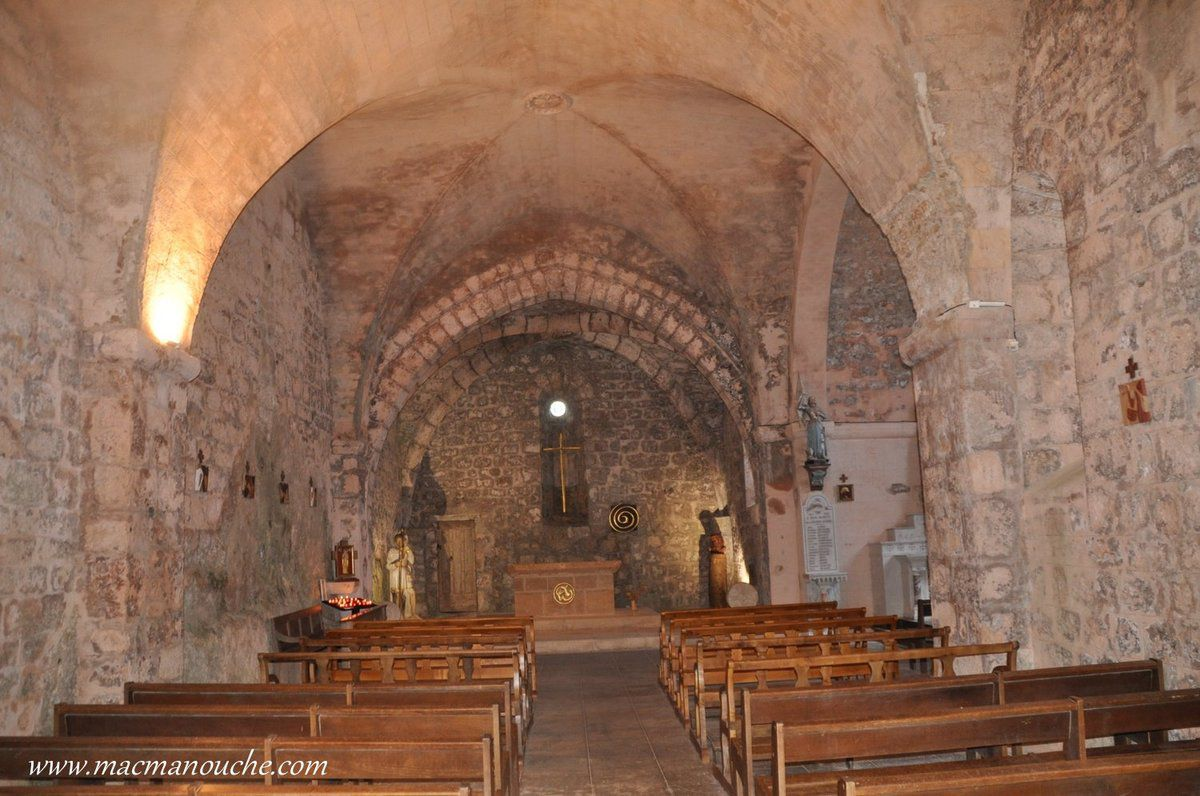 Particulièrement sobre et dénudée, l'église reçut de nouveaux vitraux et des œuvres.