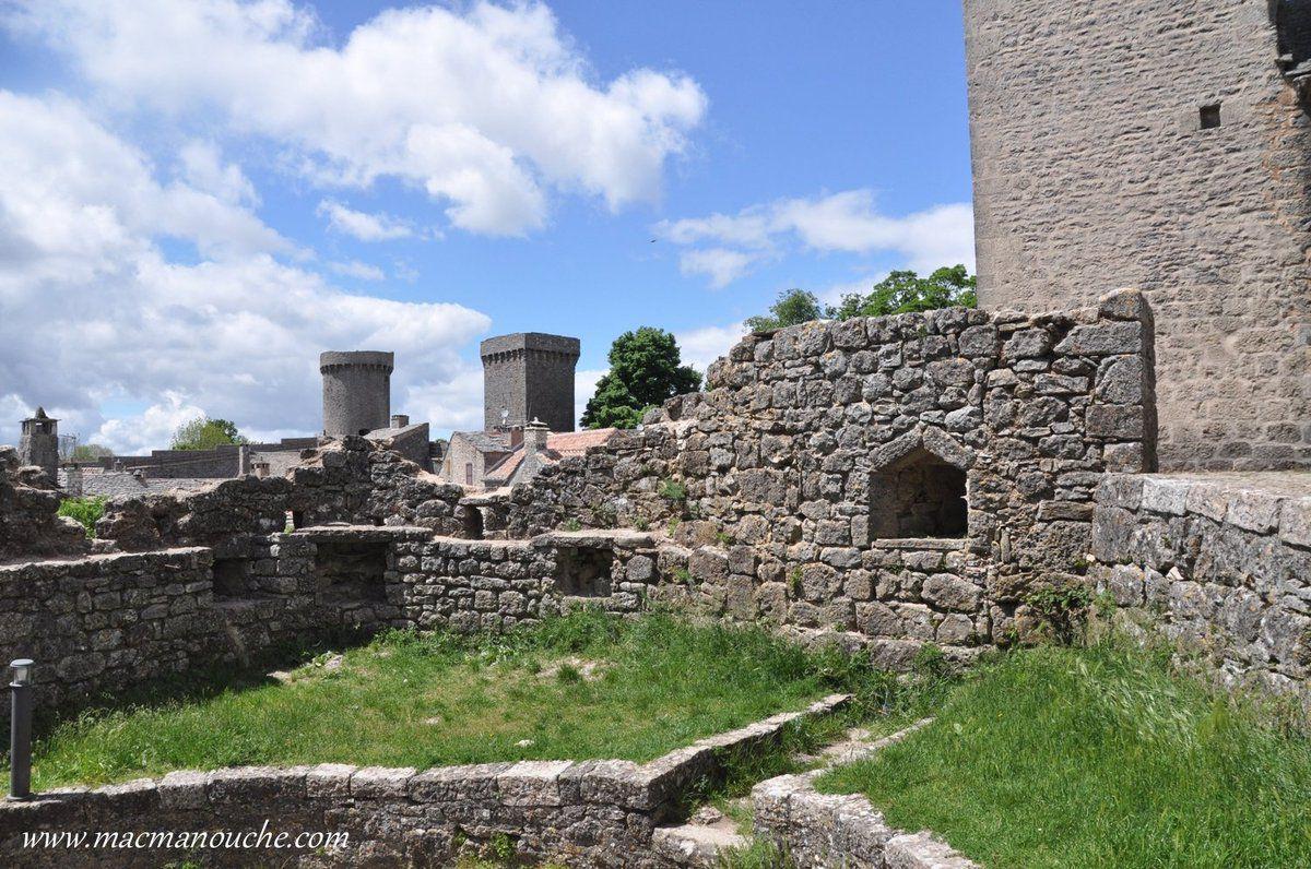 ( ''4''  sur le plan) Barbacane (fortification): Les vestiges de cette tour de fortification laissent supposer qu'une enceinte extérieure entourait le château templier.