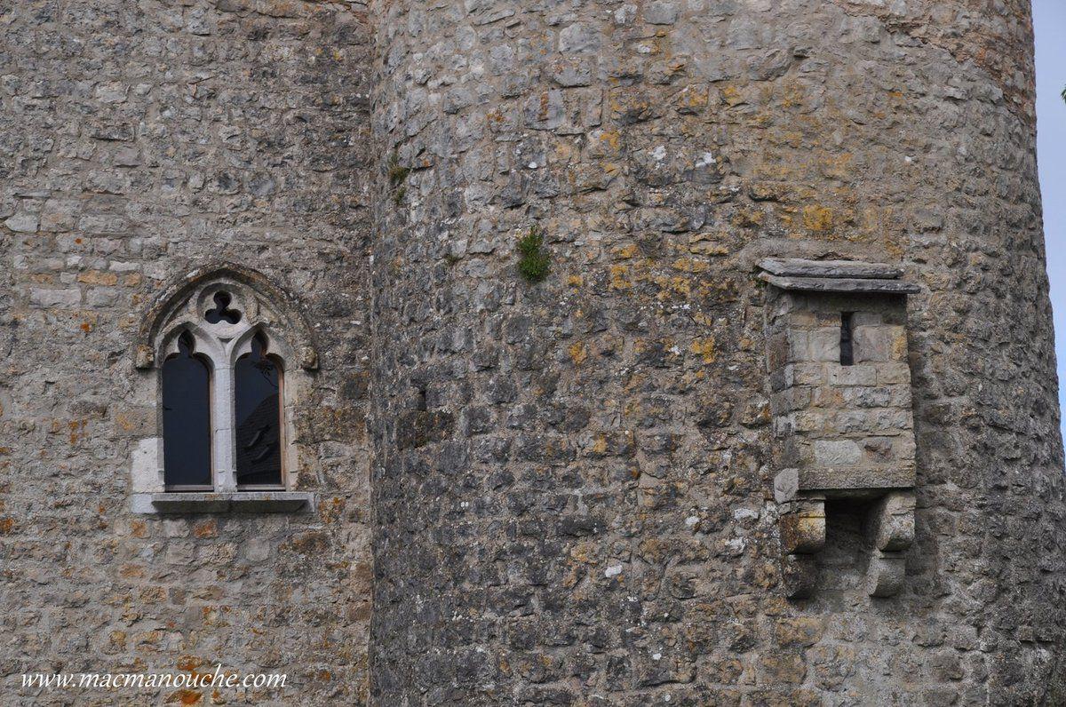 Fenêtre et latrines.
