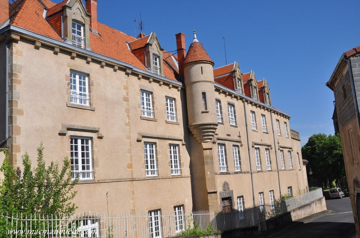 Château au centre du village.
