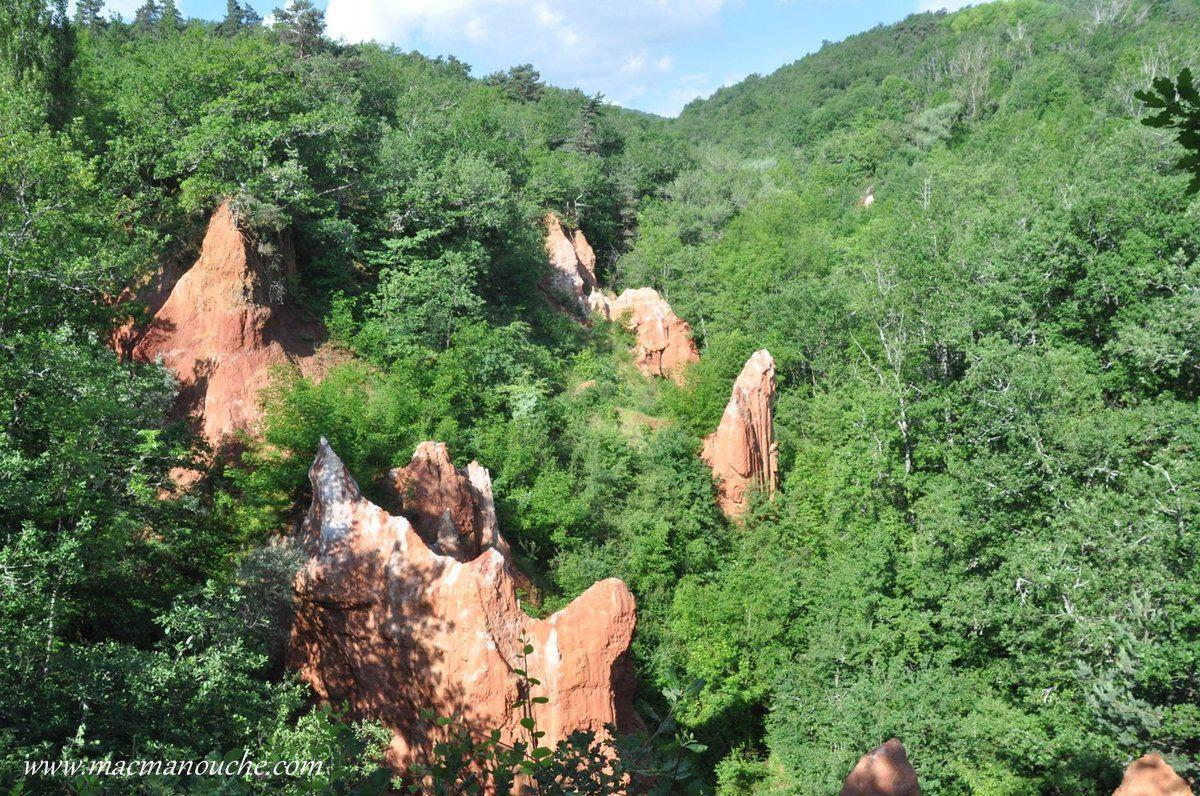 Ce Colorado auvergnat est composé de magnifiques cheminées d'argile rouge.