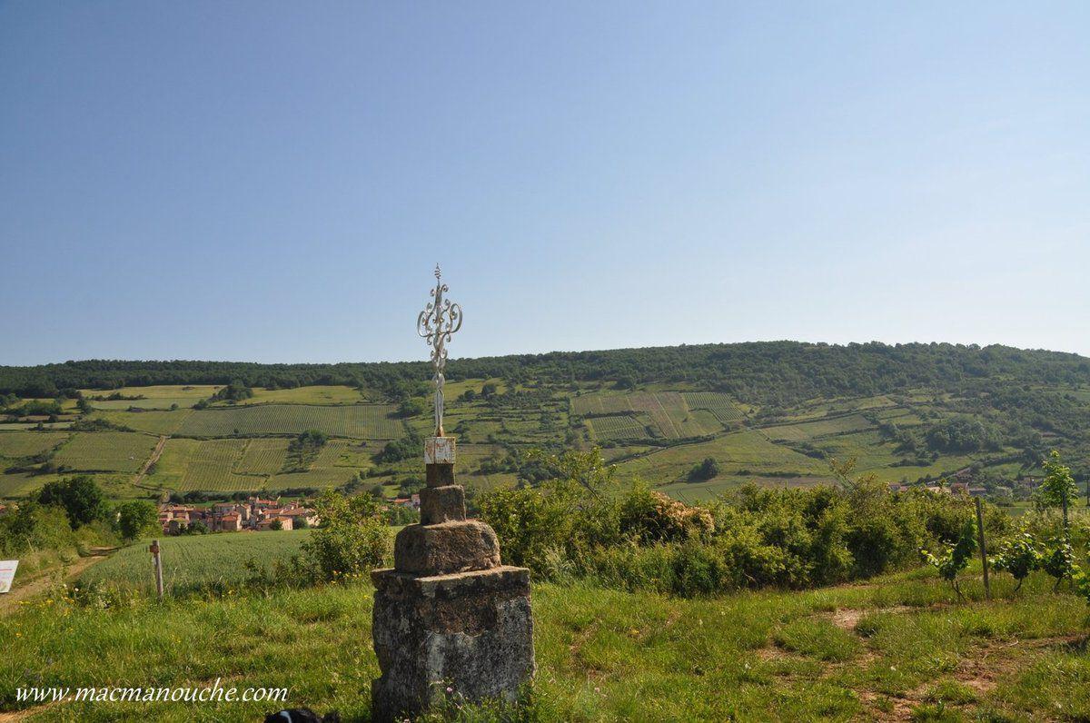 Un premier arrêt à côté d'une «croix» surmontée d'un… tire-bouchon pour admirer ce paysage de coteaux.