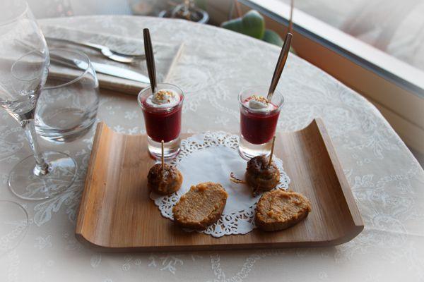 La mise en bouche : verrine de coulis de betterave avec une pointe de chantilly! Ça met l'eau à la bouche pour la suite !