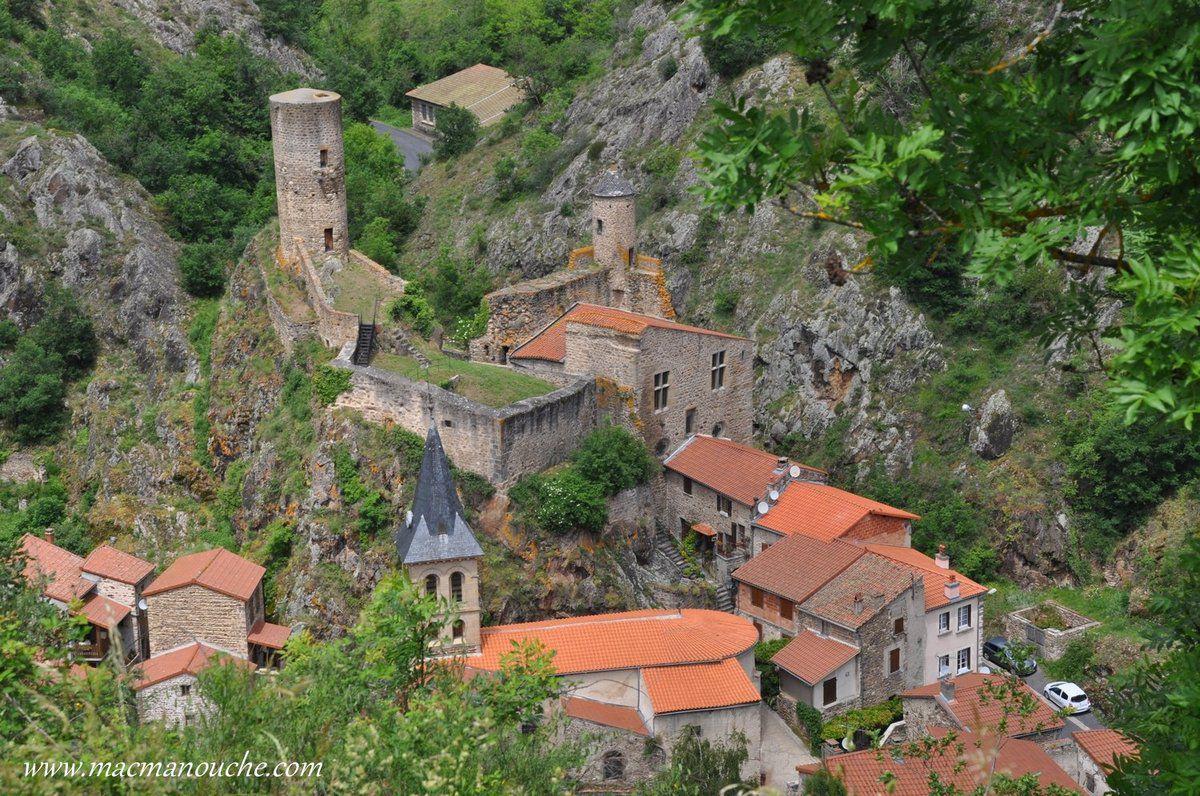Le château-fort bâti sur un éperon rocheux dominant le village.