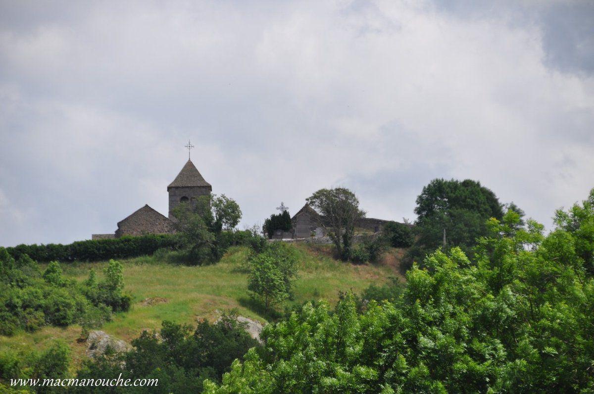 Le château étant fermé, on va grimper, sur la colline en face, où se trouve le site du Chastel et sa chapelle qui surplombe le village.