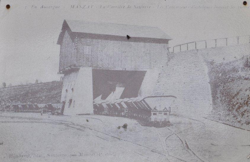 Depuis l'ancienne carrière, des wagonnets emportaient le basalte concassé jusqu'à la gare de Manzat.