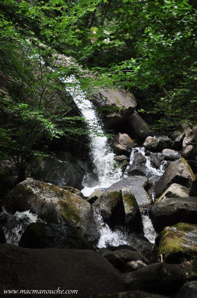 Cette cascade se trouve sur le ruisseau de Gelles aussi appelé ruisseau de Say .