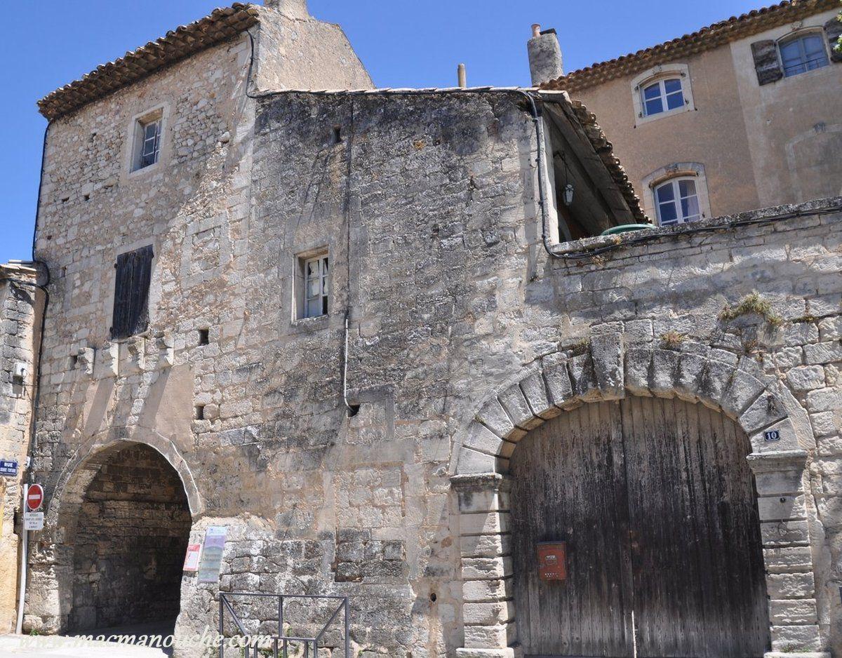 … == > … ancienne porte médiévale.
