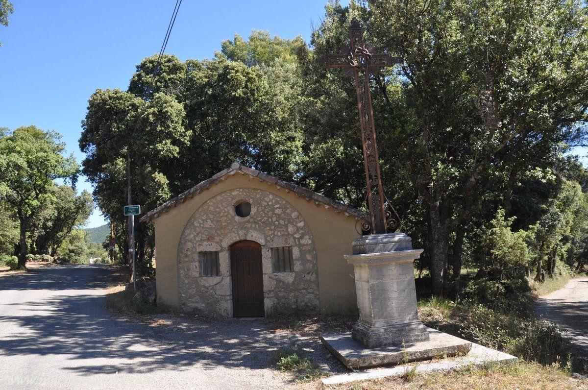 Cette chapelle se situe au-dessus du village, au bord de la route qui se dirige vers le stade. Devant l'édifice se tient un calvaire de grande taille supportant une croix en fer forgé.