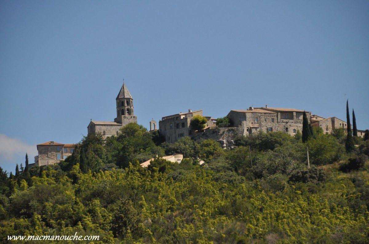 De retour au camping-car - où Fernande et Jaïka se sont bien reposées -  on reprend la route et, de la vallée, on peut admirer le village de La Garde-Adhémar!