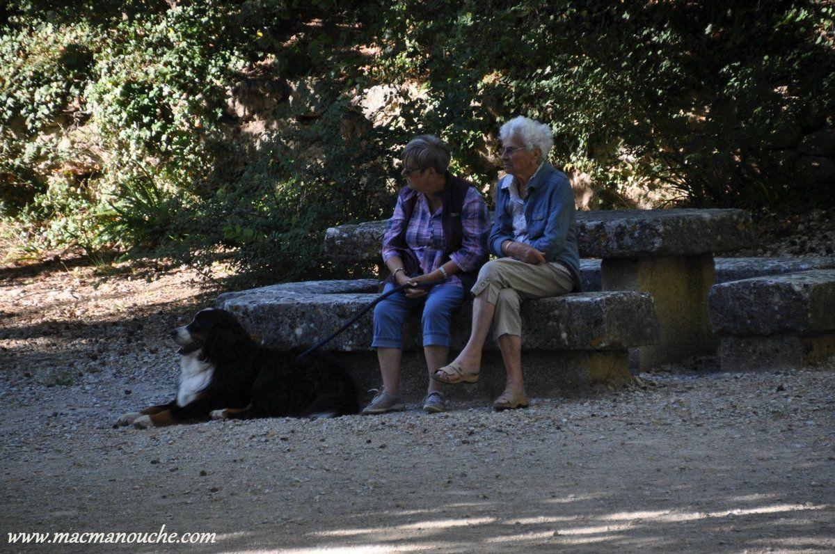 Pendant que MacManouche fait des photos, ces dames font une petite pause au bord de la source!