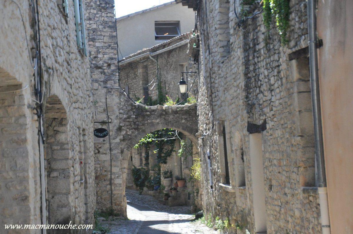 On continue notre visite de la cité médiévale en empruntant la rue des Fours.