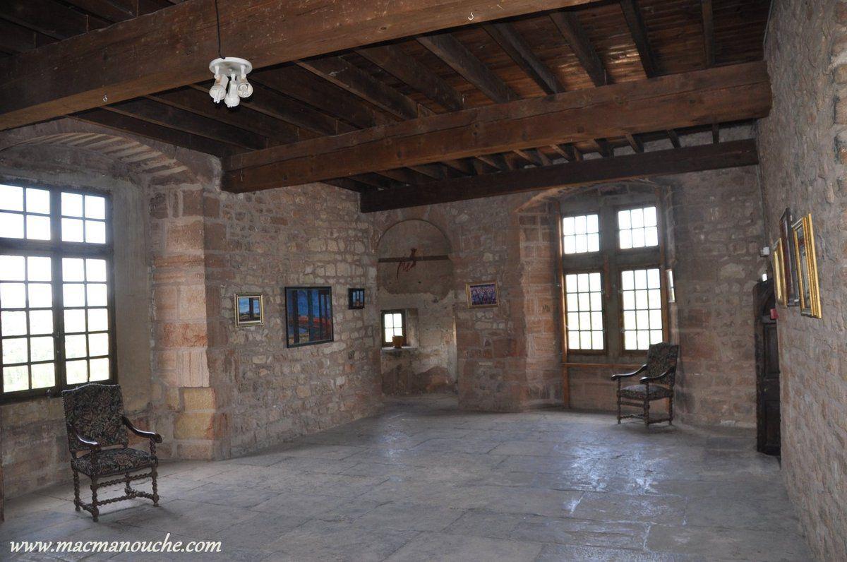 La salle de la Garenne car en contre-bas de la salle se trouve un quartier nommé ''garenne'' où   s'y trouvaient des champs avec des lapins de garenne qui  gambadaient, et que seul le seigneur avait le droit de chasser.