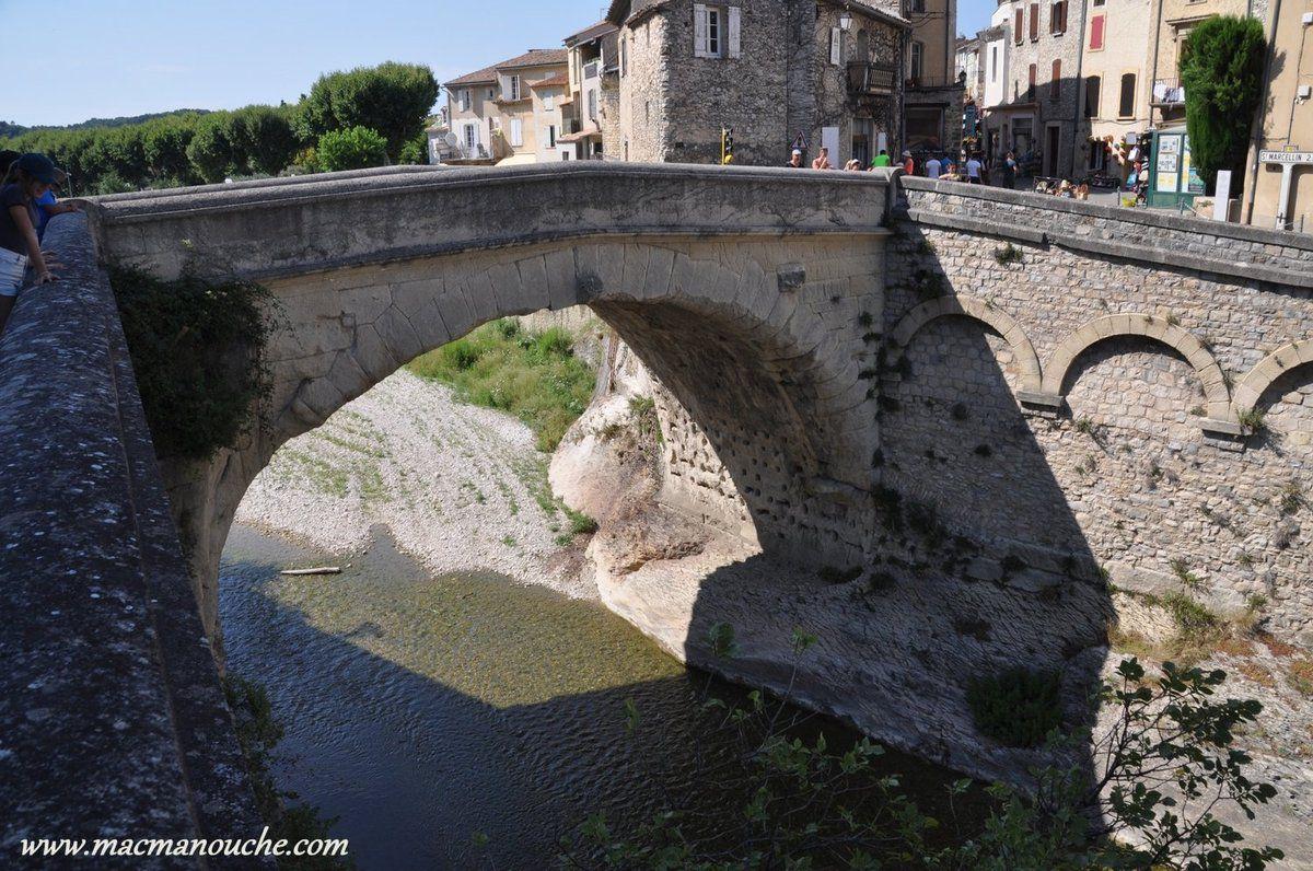 Le pont romain qui est composé d'une seule arche de 17m de long et 9m de large, ce qui en fait le plus large des ponts de la Gaule romaine!