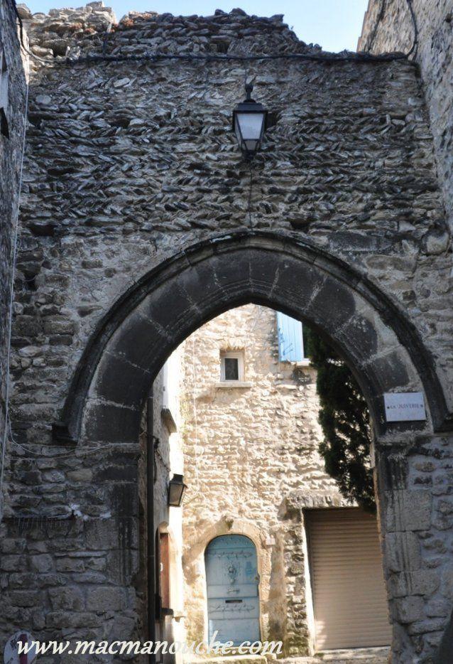 Puis on arrive à la Place du Vieux Marché où se trouve la porte ogivale du quartier juif (XVIème siècle).