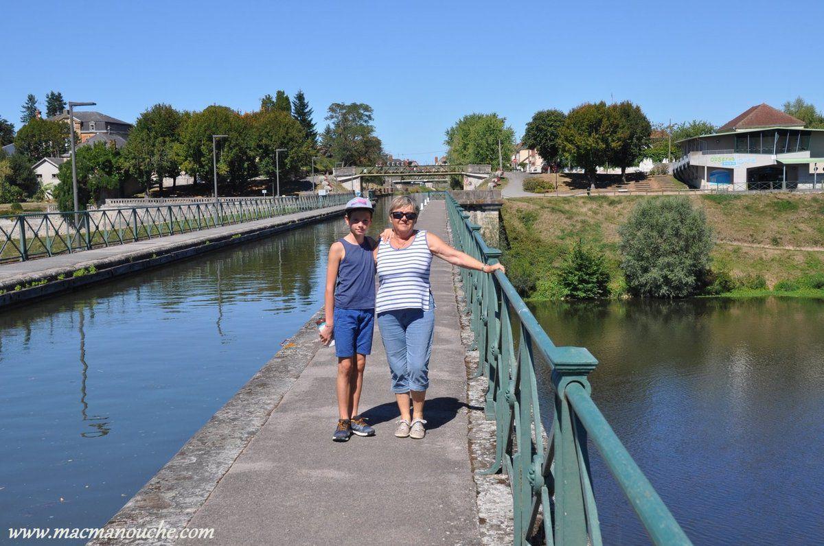 Lepont-canal de Digoin (6 m de largeur et 2,30 m de profondeur)  permet au canal latéral à la Loire de franchir la Loire.