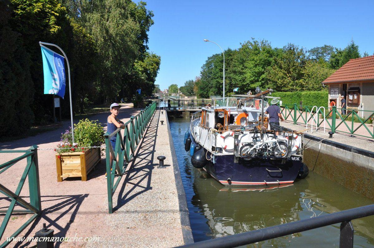 Et le bassin se remplit, ce qui permet au bateau de monter pour être au niveau du pont-canal.