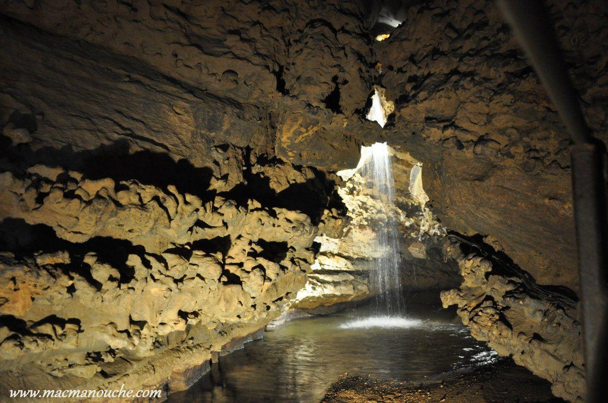 La galerie aboutit à la cascade de la rivière souterraine.
