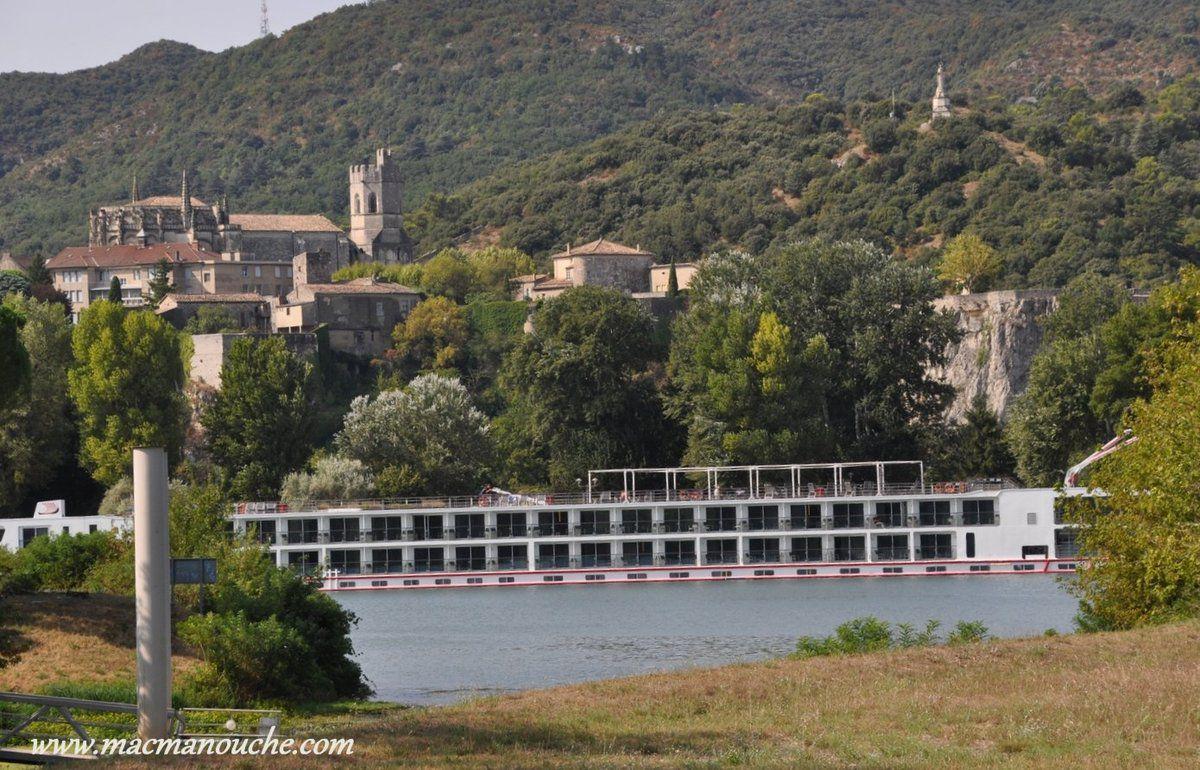 De là où nous sommes, on aperçoit le village de Viviers et le port où  … == > …