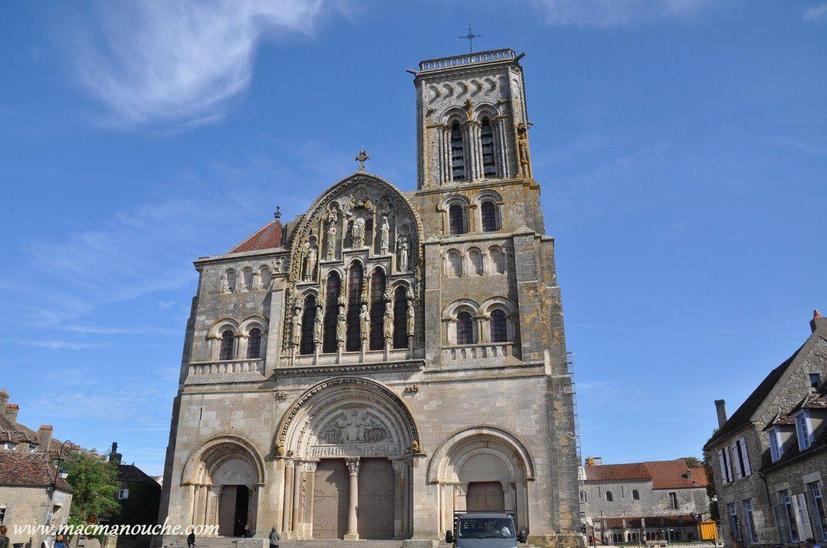 La basilique Sainte-Marie-Madeleine, classée au Patrimoine mondial de l'Unesco, a été restaurée par Viollet-le-Duc.
