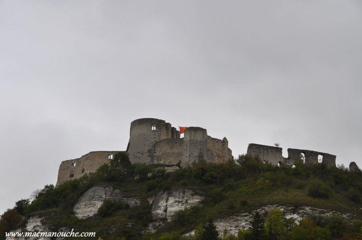 Le château-fort est bâti sur une falaise de calcaire … == > …