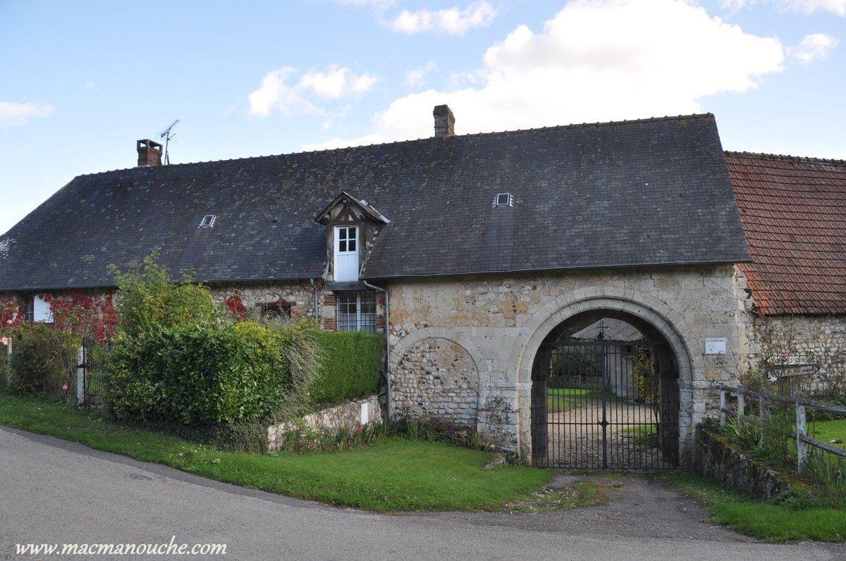 Les bâtiments de la ferme entourent la porterie. A gauche du portail, le passage piéton (muré).