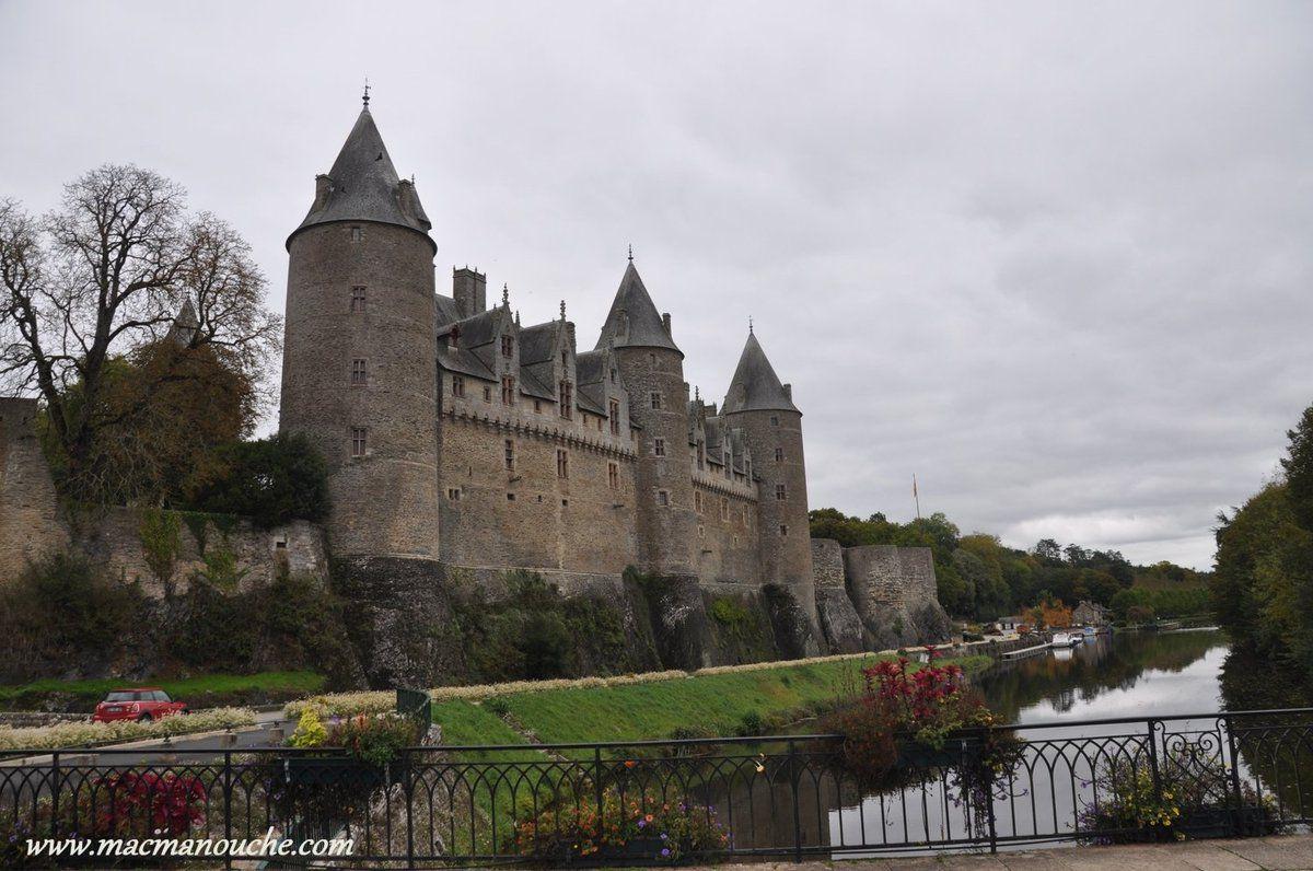 Le château, avec ses trois tours majestueuses de l'époque féodale, domine la vallée de l'Oust … == > …