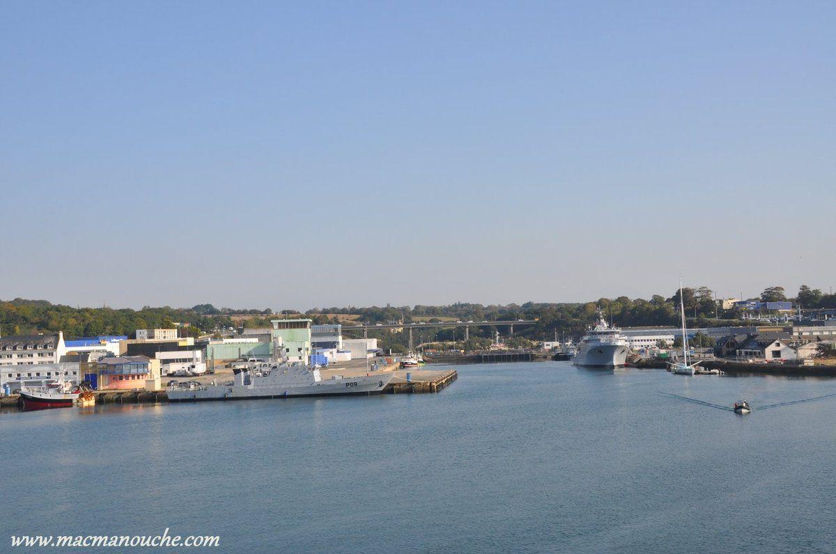 … == > … Le ''bac du passage'' est un petit bateau qui fait traverser l'entrée du port à la ville close  … == > … .