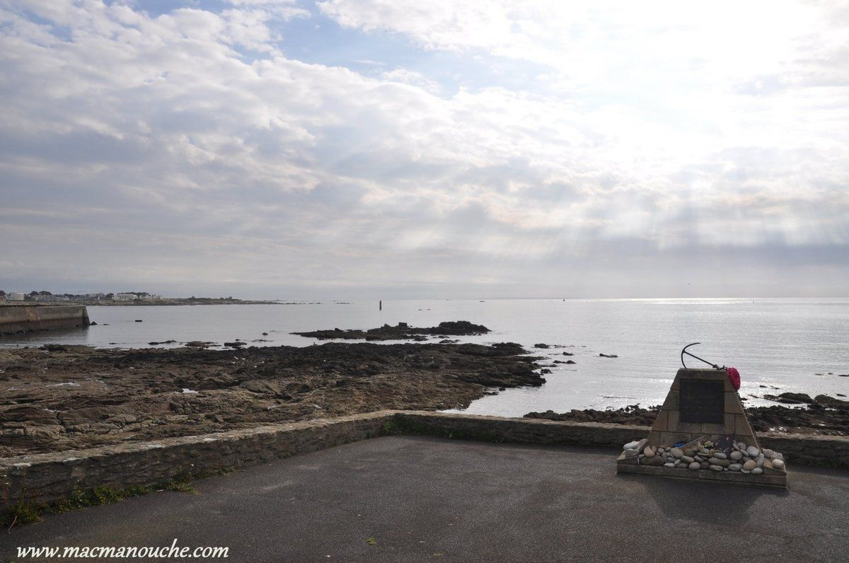 Stèle  ''A la mémoire des marins de la presqu'île disparus en mer'' ,sur une petite esplanade proche de la Pointe de Beg er Lann.