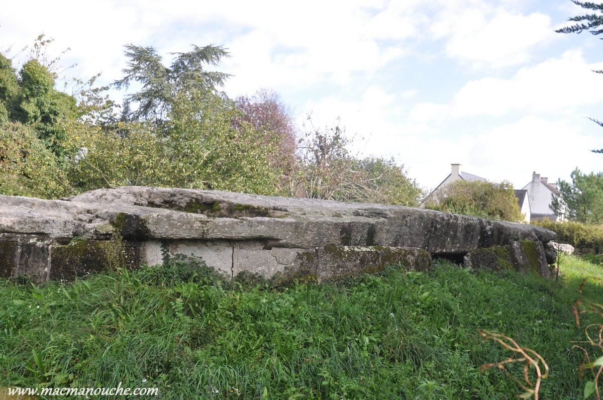 Cette dalle, pesant plus de 50 tonnes, est actuellement brisée en deux et elle est d'ailleurs soutenue par des murs en béton.