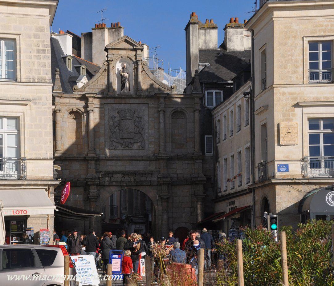 La porte Saint-Vincent, principale entrée de la vieille ville; elle est intégrée aux  remparts de la cité.