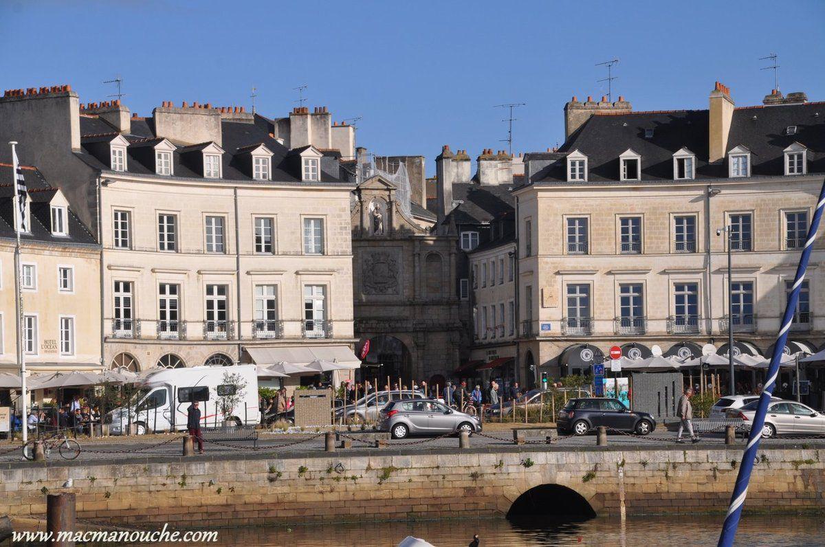 Et au bout du port, la place Gambetta avec en son centre la porte Saint-Vincent.
