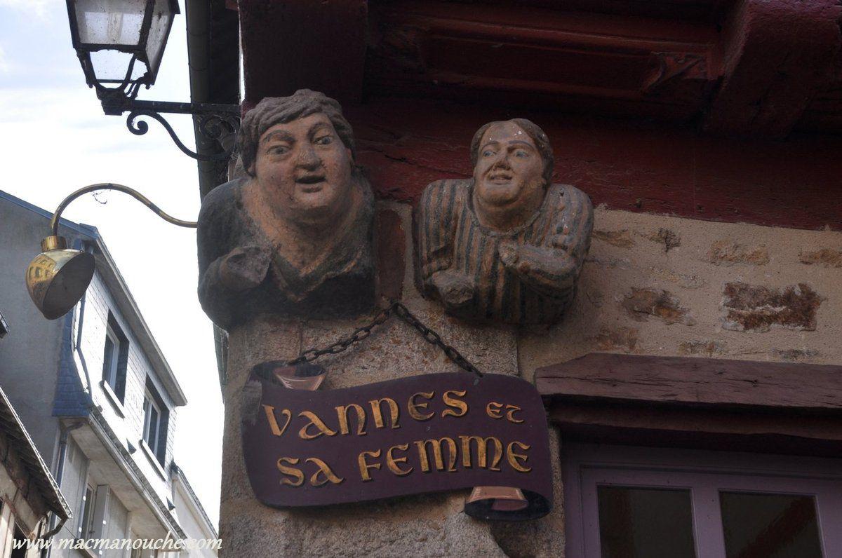 … == > …  cette sculpture est l'un des monuments les plus photographiés de la ville … == > …