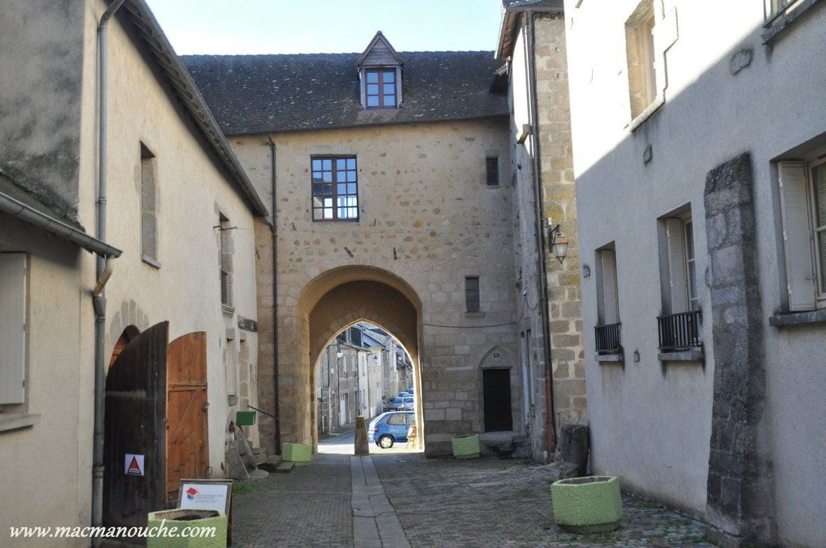 On passe ensuite par la porte du Puycharraud … == > …