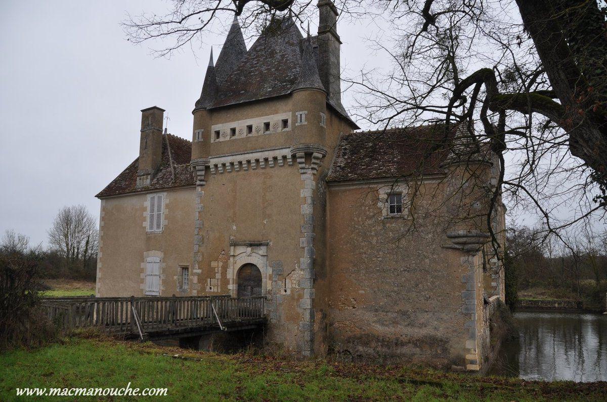 Le château est entouré de douves en eaux  … == > …