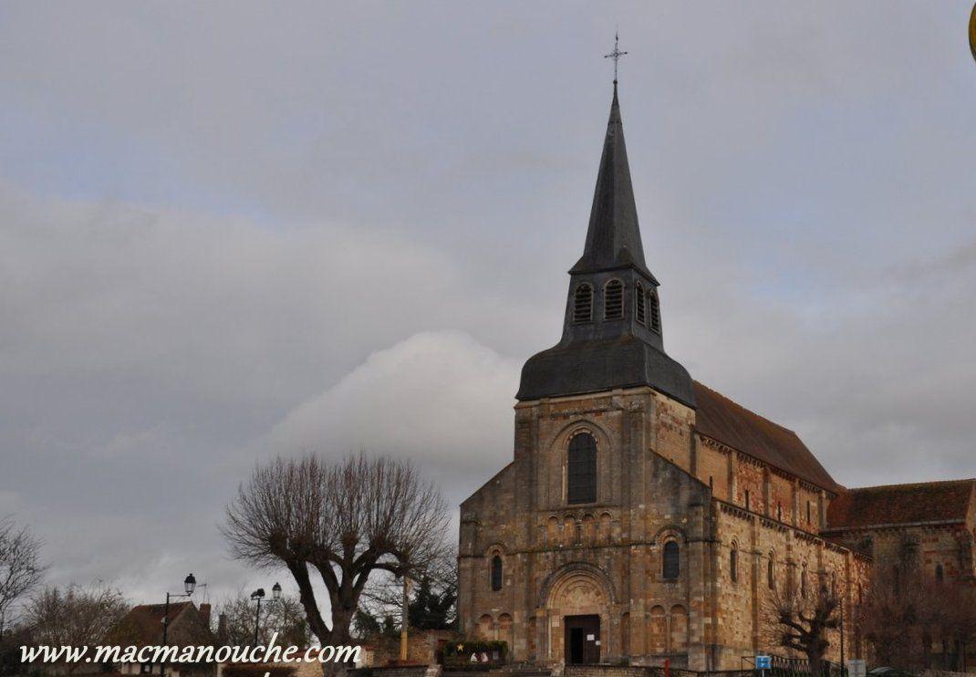 Nous poursuivons note balade jusqu'à l'église Saint Genès, qui date de la fin du XIè et début du XIIé siècle.