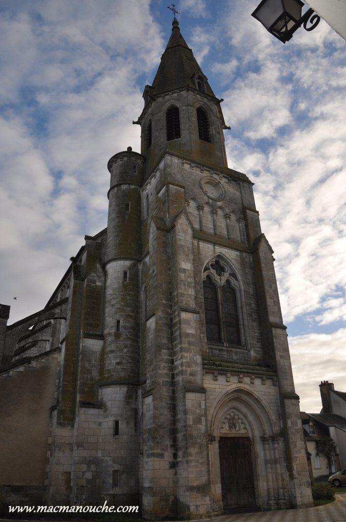 « La porte d'entrée sculptée, qui a résisté à l'effondrement du clocher en 1879, date de la fin du XVe siècle.»