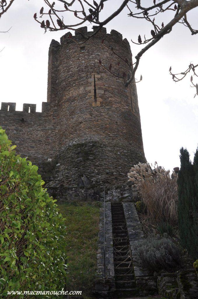 Il a été édifié en 1250 par Guillaume 1er de Chauvigny, ==>