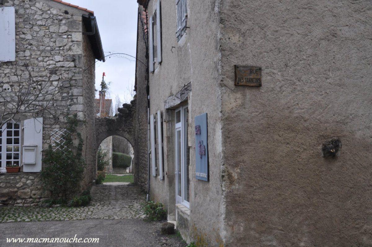 ==>  passage qui rejoint la rue des Tanneurs  ==>